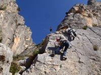 Subiendo por la pared de roca
