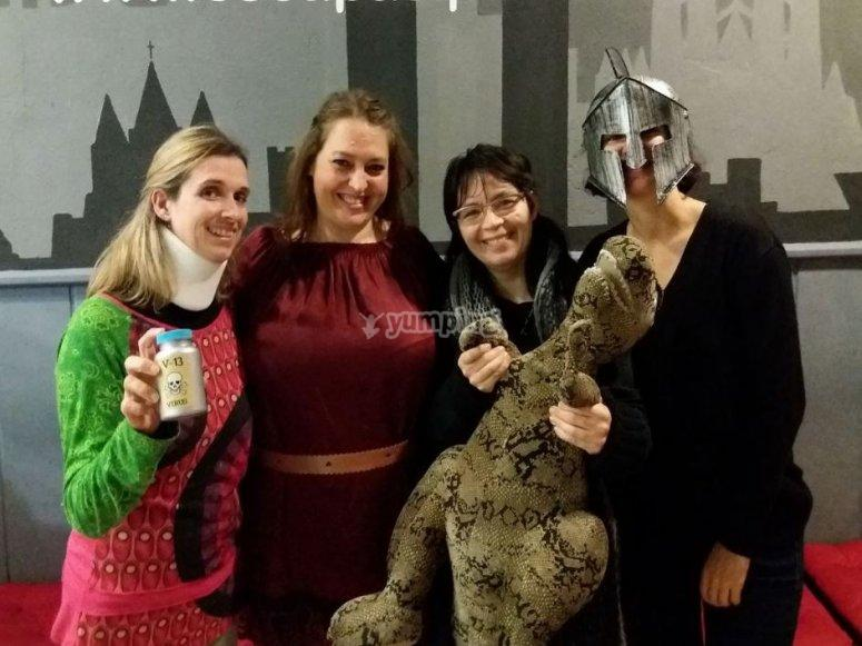 Chicas en el escape room con el dragon