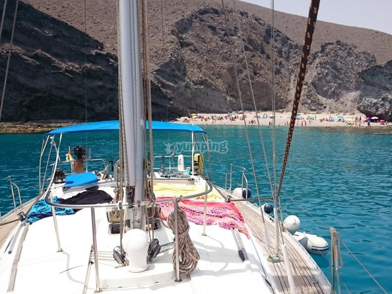 沿着海岸划船