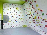 Presas de colores en la pared