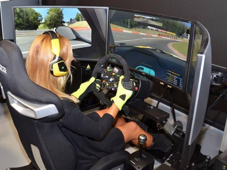 Pilota l'auto simulata