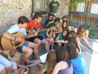 Tocando la guitarra y cantando