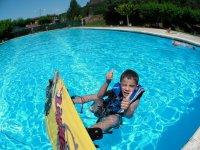 Nino en piscina