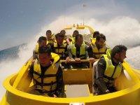 Ragazzi nella barca veloce