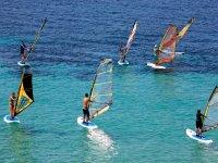 Gruppo facendo windsurf