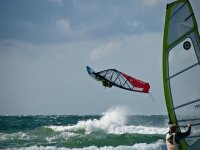 Take advantage of the Cullera wind to fly with your windsurf board