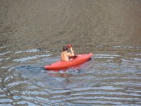 remando sobre un kayak