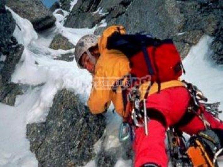 En los Alpes realizó escalada mixta