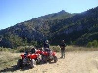 Con quads rojos y casco