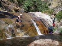Atraviesa saltos de agua