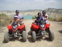 En quad con sus hijos