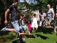 在花园里跳跃