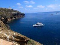 Barco frente a la costa