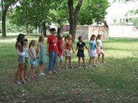气球游戏Ninas手蓝色衬衫学生