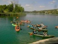 Grupo de canoas en el rio