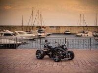 Quad negro en el puerto