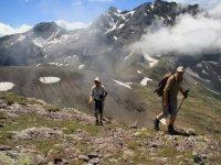 在大自然中间徒步旅行