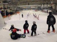 Alumnos de snow mirando la pista