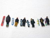 Peques y profesor tumbados en la nieve