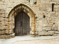 Le brouillard vous mènera dans un mystérieux monastère