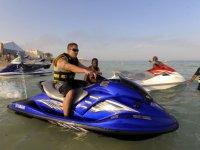 Saliendo desde la costa en moto de agua