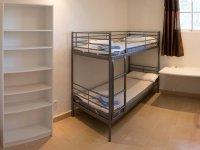 Habitacion con literas y estanteria