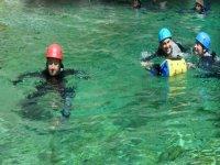 Nadando con neopreno
