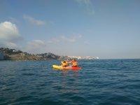 Acercandose a la costa en kayak