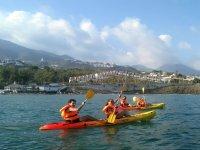 Con palas amarillas en los kayaks