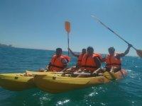 Levantando los remos en el kayak