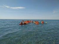 Grupo en kayak hacia mar adentro