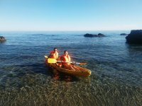 Kayak apoyado en la orilla
