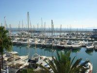 船等候在Estepona港口