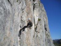 Escaladora en pared vertical