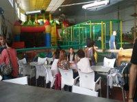 Cafeteria junto a zonas infantiles