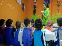 Monitora guardando sul tavolo dei bambini