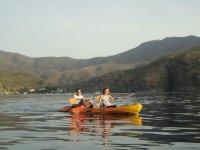 潜水员皮艇夫妇皮划艇在黎明