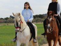 Montando en un caballo blanco