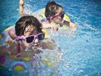 Chiquitinas en la piscina