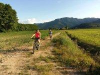 在Vall de Bas上骑自行车