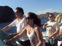 navengando en barco con amigo