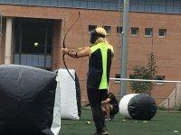弓箭目的,拉紧绳索并拍摄寻求保护