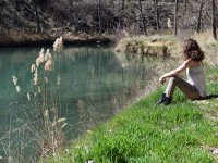 Sentada junto al rio