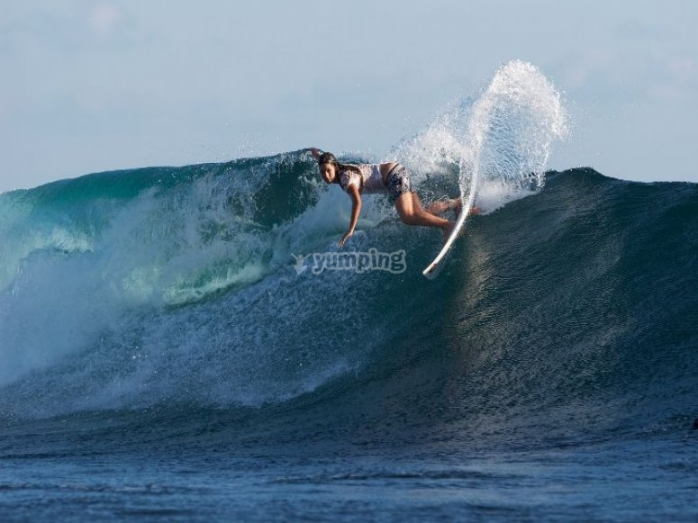 Garazi Sánchez surfeando