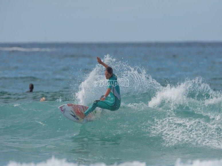 Garazi surfeando en Pantín