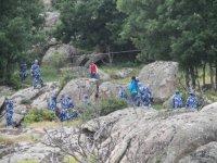 Equipo entre las rocas