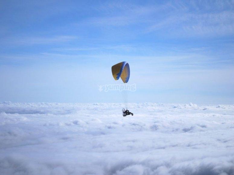 Paramotor sobre las nubes
