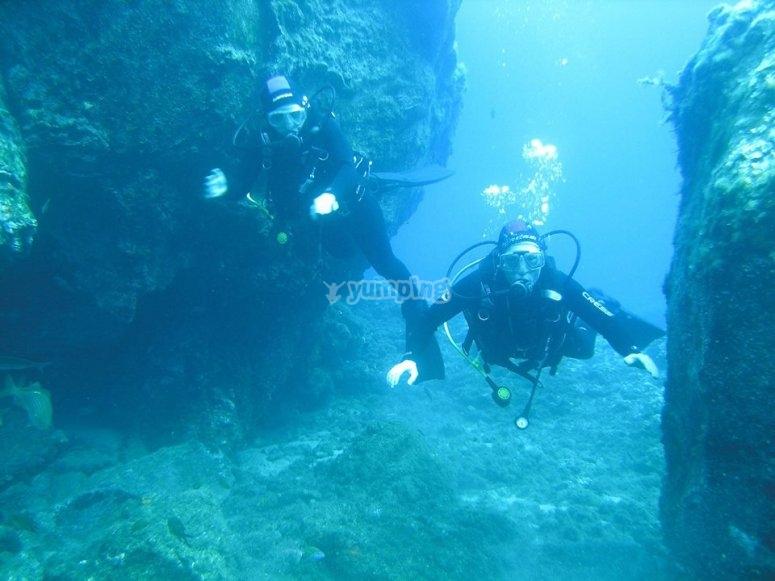 潜水员完全浸没