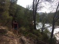 Senderismo bordeando un rio