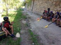 萨拉戈萨标志快活向学生解释piraguismo独木舟对银行